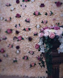Panou floral, aranjamente florale, cabina cu nebunii, photocorner nunta